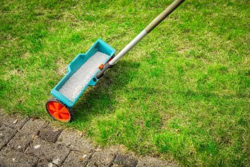 épandage engrais anti-stress pelouse